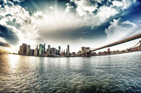 Espectacular vista del puente de Brooklyn de la costa de Brooklyn en la puesta del sol de invierno - New York City