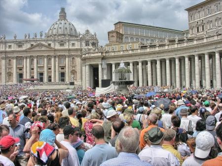 CITE DU VATICAN, VATICAN - 21 mai: Les touristes à la Place Saint-Pierre, le 21 mai 2008 à la Cité du Vatican, Vatican. Place Saint-Pierre est parmi les plus populaires sites de pèlerinage pour les catholiques romains Éditoriale