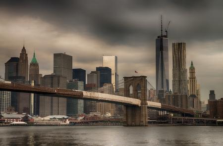 Le pont de Brooklyn et de Manhattan skyline vu de Brooklyn Bridge Park.