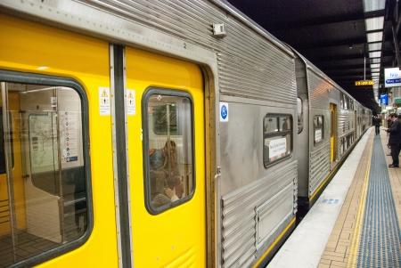 SYDNEY - 27 août: Les gens attendent de métro, le 27 Août 2010 à Sydney. Près d'un million de passagers utilisent métro de la ville chaque semaine.