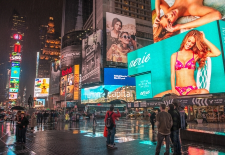NEW YORK - 12 juin: Les lumières et les annonces de Times Square dans la nuit de la ville, le 12 Juin 2013, à New York. La place est l'une des intersections les plus achalandées pour piétons au monde.