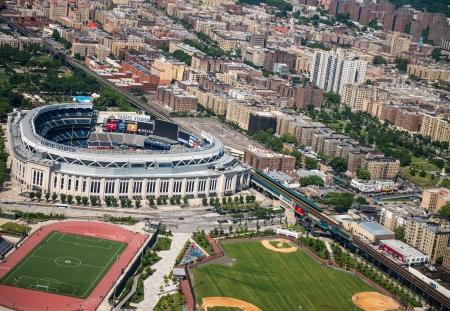 ballpark: CIUDAD DE NUEVA YORK - 14 de junio: Yankee Stadium es un estadio ubicado en el Bronx en Nueva York. Es el estadio hogar de los New York Yankees. 14 de junio 2013 en la ciudad de Nueva York, EE.UU..