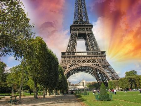 la tour eiffel: Paris, La Tour Eiffel. Summer sunset above city famous Tower.