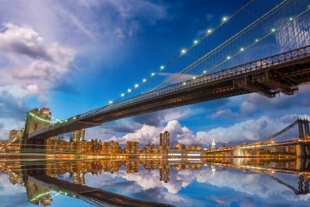뉴욕 - 맨해튼과 브루클린 다리 반사와 멋진 파노라마 일몰.