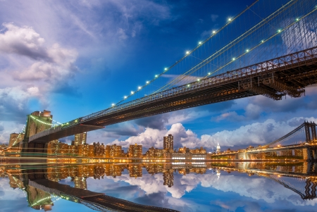 Prachtige panoramische zonsondergang met Brooklyn en Manhattan Bridge reflecties - New York.