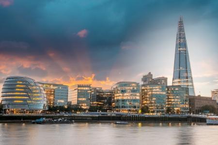 Nieuwe stadhuis van Londen bij zonsondergang, panoramisch uitzicht vanaf de rivier