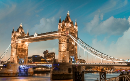 places of interest: London. Majesty of Tower Bridge on a beautiful evening.