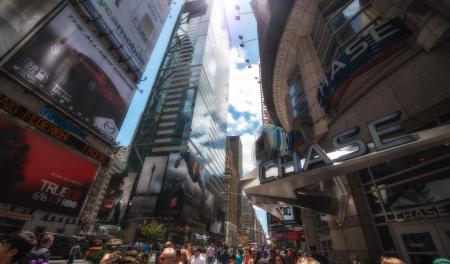 new york times square: CIUDAD DE NUEVA YORK - 11 de junio: la gente no definidas pasan por Times Square el 11 de junio de 2013 en Nueva York. Times Square es una importante intersecci�n comercial en Manhattan, en el cruce de Broadway y la 7 � Avenida