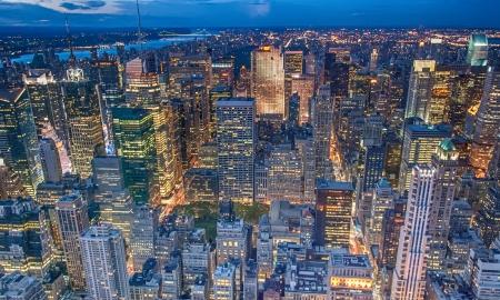 Belle ville de New York avec les gratte-ciel urbain au coucher du soleil. Banque d'images