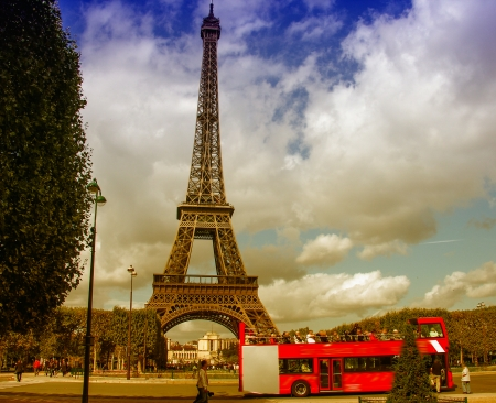 la tour eiffel: Paris, La Tour Eiffel. Beautiful view of famous tower from Champs de Mars.