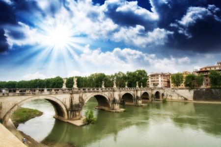 tiber: Roma, Italia. Hermosa vista del r�o T�ber, con el famoso puente.