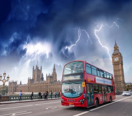 Doppeldeckerbus Kreuzung Westminster Bridge mit stürmischem Wetter. Editorial