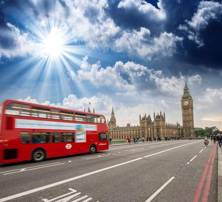 Red Double Decker Bus accélération à tour de Big Ben sur le pont de Westminster, Londres - Royaume-Uni. Banque d'images