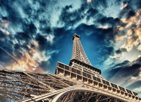 la tour eiffel: Paris. La Tour Eiffel, bottom-up street view.