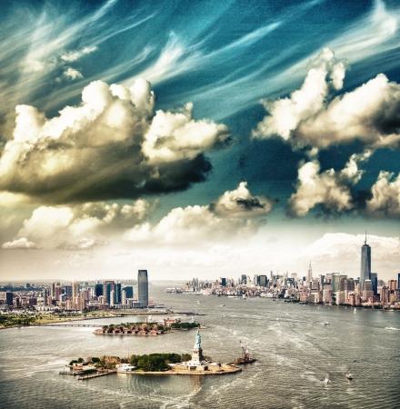 Mooie lucht boven New York. Vrijheidsbeeld, Manhattan en Jersey City. Stockfoto