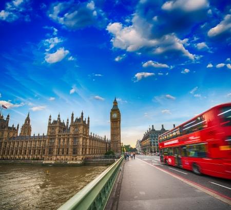 Trafic Westminster Bridge au coucher du soleil. Flou Red Bus de traverser la rue.