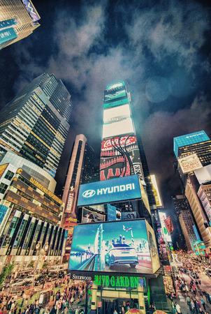 kare: NEW YORK - 12 Haziran 2013: geceleri Times Meydanı reklamları ve ışıklar. Times Square Broadway Theater District parlak ışıklı hub, dünyanın en işlek yaya kavşakları biridir