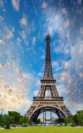 la tour eiffel: Sunset sky above Eiffel Tower - Paris. La Tour Eiffel from Champs de Mars.