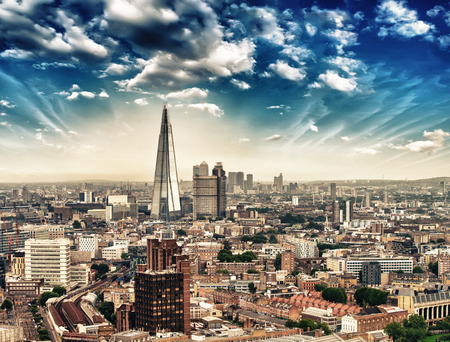Vue aérienne sur les toits de la ville au crépuscule à Londres
