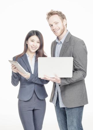 multi race: Empresarios raza Multi. Hombre de raza cauc�sica y ni�a asi�tica felices utilizando los gadgets tecnol�gicos.