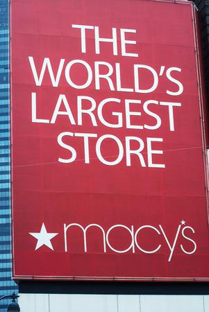 macys: MANHATTAN - 14 giugno: Nel 1924, Macy Herald Sq. il 7 Ave. era pi� grande negozio del mondo (oltre 1 milione di mq. quadrati di spazio di vendita al dettaglio). Nel 1858 Macy ha lanciato il logo stella rossa. NYC 14 giu 2013 Editoriali