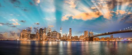 Dramatyczne niebo nad Brooklyn Bridge i Manhattan, Panoramiczny widok na noc Nowym Jorku