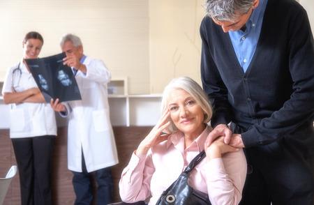 paraplegico: Mujer parapl�jica de ancianos sentados en una silla de ruedas y su enfermero Foto de archivo