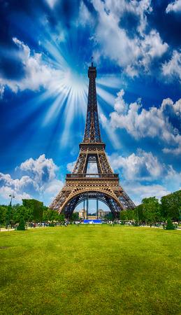 la tour eiffel: Paris, La Tour Eiffel. Tower view from Champs de Mars garden at summer sunset.