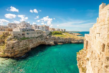 yegua: Maravilloso pueblo pintoresco de Polignano a Mare - Apulia, Italia.