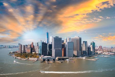 夏の午後、美しいマンハッタンのスカイラインの眺めをヘリコプターします。