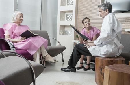 pacientes: Doctor que analiza los ex�menes m�dicos con los pacientes.