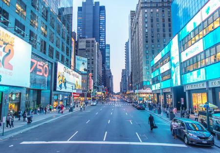 美しい日ニューヨーク - 2013 年 6 月 14 日: 街の交通。トラフィックは、常に、ビッグ ・ アップルで seriuos 問題です。
