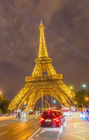 la tour eiffel: PARIS - JUNE 12, 2014: Lights of Eiffel Tower after sunset. La Tour Eiffel is the most visited landmark in France.