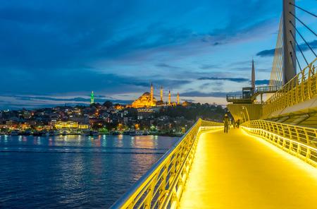Atemberaubende Aussicht auf New Galata-Brücke in der Abenddämmerung, Istanbul.