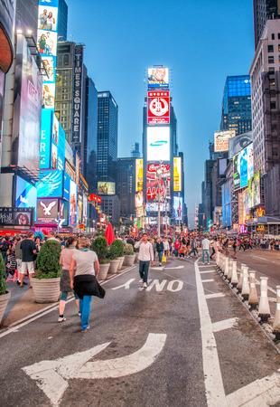 ニューヨーク シティ - 2013 年 6 月 12 日: タイムズ ・ スクエア ライトの夜景。ネオン芸術と商業の忙しい観光交差点のタイムズ ・ スクエアで、ニュ 報道画像