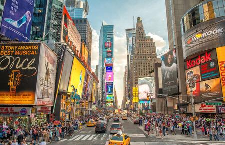 NEW YORK CITY - 12 juni 2013: mening van de nacht van Times Square lichten. Times Square is een drukke toeristische kruispunt van neon kunst en commercie en is een iconische straat van New York City.