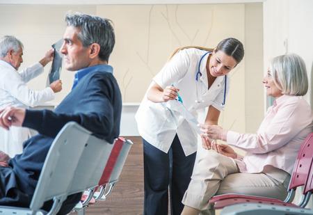 Médecins et patients de langue dans la salle d'attente d'hôpital. Banque d'images - 35210963