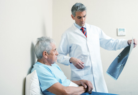 x rays negative: Doctor explaining medical Worrying scan test.
