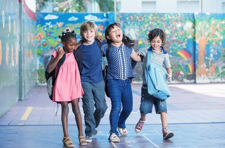 幸せな子供たちを採用し、小学校の校庭に笑みを浮かべてします。異人種間の友情。 写真素材