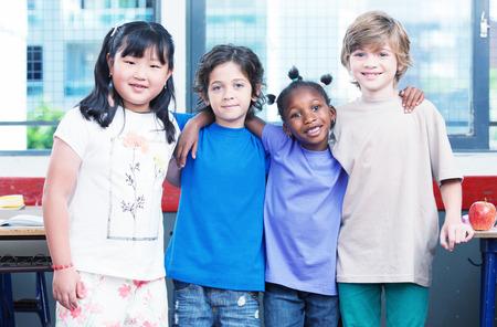 clase media: Felices los niños en el aula. Concepto Multirace.