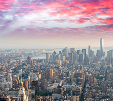 cenital: Puesta de sol sobre el horizonte de la ciudad de Nueva York.