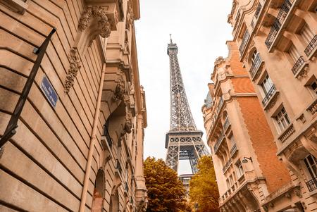 la tour eiffel: Paris, France. La Tour Eiffel framed by surrounding homes.