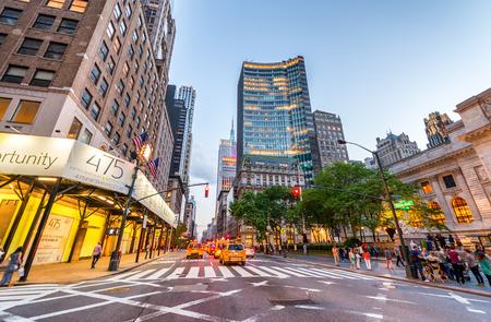 NEW YORK CITY - 8 juin 2013: Les touristes et le trafic sur la Cinquième Avenue. La ville est visitée par plus de 50 millions de personnes chaque année. Éditoriale