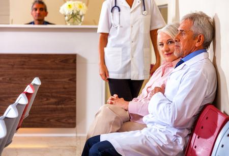 pacjent: Lekarze i pacjenci w szpitalu poczekalni.