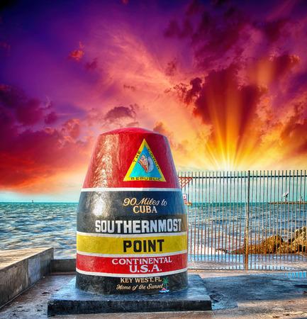 サザンモースト ポイント、フロリダ州キーウェスト サインイン夕焼け空と美しい海の風景。 報道画像