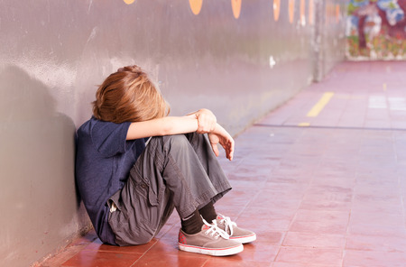 Enfant de l'école primaire à l'école seule. notion d'isolement. Banque d'images - 38314616