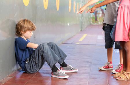 violencia: Aislamiento escuela de educaci�n y concepto de acoso escolar. Foto de archivo