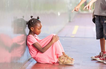 maltrato infantil: Aislamiento escuela de educación y concepto de acoso escolar. Foto de archivo