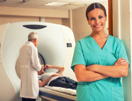 Femme médecin Bonne rassurer sur subissant analyse médicale. Banque d'images - 38301287