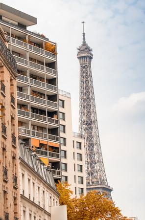 la tour eiffel: La Tour Eiffel, Paris. Landmark surrounded by trees and buildings in summer.